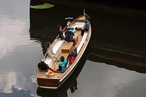 Modellbootsbau. Wir kennen keine Mindestbestellmenge und lieferten Teakholz und Dichtungsmasse.